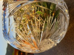 A round crystal glass vase makes a good light feature